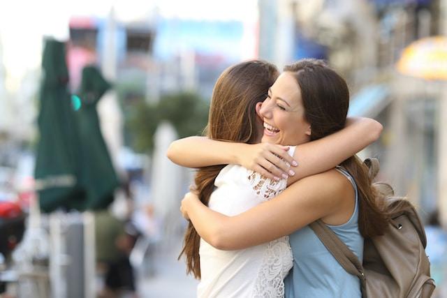 """Los abrazos son una forma de expresión maravillosa y son universalmente reconfortantes. Los seres humanos damos un abrazo como demostración de cariño. También lo hacemos cuando estamos emocionados, felices, tristes o bien para tratar de consolar al otro. Según los científicos, los beneficios de abrazar van más allá de la sensación cálida. Un abrazo ayuda a fortalecer el sistema inmune, a reducir el estrés y muchos beneficios más. Abrazar nos hace sentir bien y hasta nos hace más saludables según datos de Healthline. Pero, ¿Sabes cuántos abrazos necesitamos al día para obtener los beneficios? Se recomienda dar o recibir de 4 a 12 abrazos por día Según los científicos, debemos de recibir tantos abrazos al día como sea posible. Pero según la terapeuta familiar Virginia Satir """"Necesitamos cuatro abrazos al día para sobrevivir. Necesitamos 8 abrazos al día para el mantenimiento. Necesitamos 12 abrazos al día para crecer """". Si bien eso puede parecer muchos abrazos, parece que muchos abrazos son mejores que no suficientes. Desgraciadamente, con la pandemia, las personas nos hemos visto en la necesidad de reducir el contacto físico con los demás. Esto ha reducido la cantidad de los benéficos abrazos en el día a día. Sin embargo, las personas podrían beneficiarse de tocar y abrazar más a los seres con los que viven y con quien corren menos peligro de contagio. Estos son los beneficios de dar o recibir un abrazo Si deseas sentirte mejor en el día a día, reducir el estrés y ser más feliz saludable, da y pide más abrazos. Te sorprenderás con sus beneficios: Reducen el estrés. La ciencia demuestra que los abrazos regulares con las personas más cercanas a usted, aunque sean breves, pueden tener efectos positivos en la reducción del estrés. Ayudan a elevar el sistema inmune. En un estudio de más de 400 adultos, los investigadores encontraron que los abrazos pueden reducir la posibilidad de que una persona enferme de gravedad. Mejoran el estado de ánimo. La oxitocina, esta sustanci"""