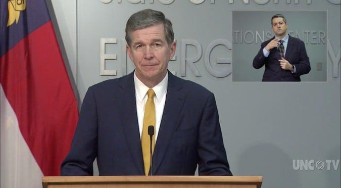 Gobernador Cooper extiende el toque de queda en Carolina del Norte