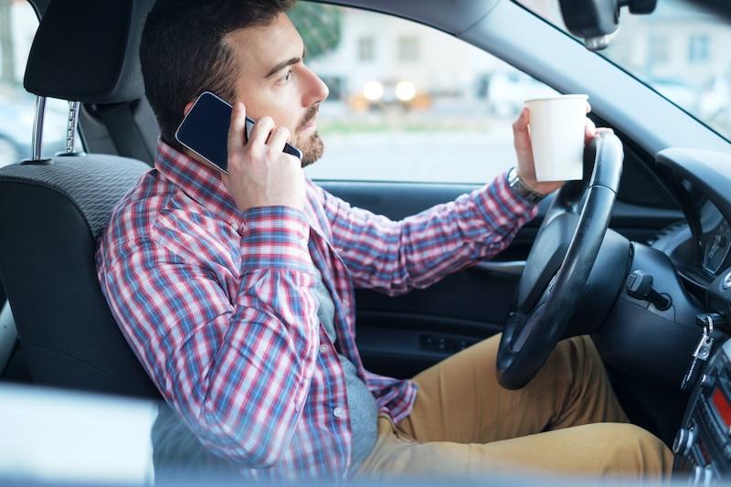 Buscan penalizar a quienes usen su teléfono mientras manejan en Carolina del Norte