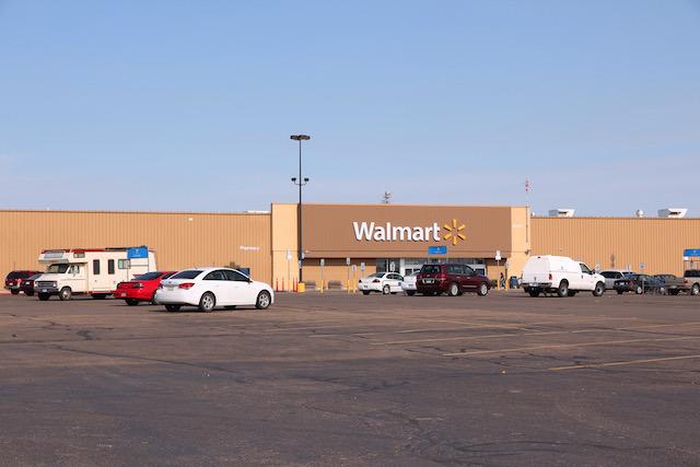 Dos personas baleadas mientras conducían por el estacionamiento de Walmart en Carolina del Norte