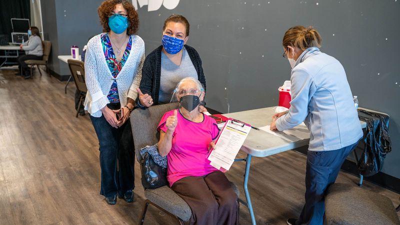 Camino Community Center, dice que las relaciones familiares, el idioma, y la cultura, son fundamentales atraer a más latinos a los planes de vacunación contra el COVID-19