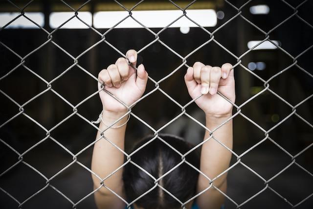 Un niño de 6 años puede ser declarado delincuente en Carolina del Norte, ley quiere cambiar esto