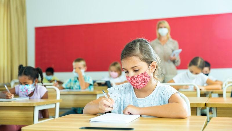 CDC: Es seguro que niños estén a un metro de distancia en escuelas