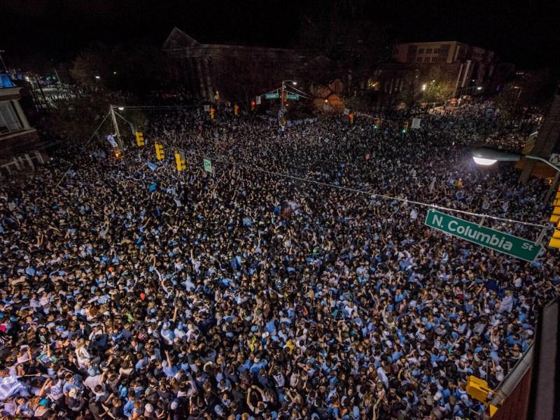 Chapel Hill pide que fanáticos no se reúnan después de juego de baloncesto