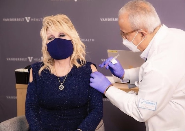 Dolly Parton recibe primer dosis de vacuna que ella financió