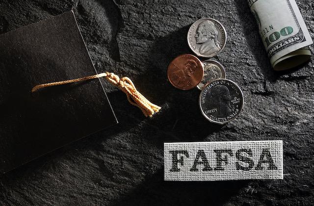 Ofrecen ayuda a estudiantes para llenar solicitud de FAFSA