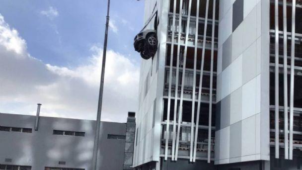 Porsche-suspendido-tercer-piso