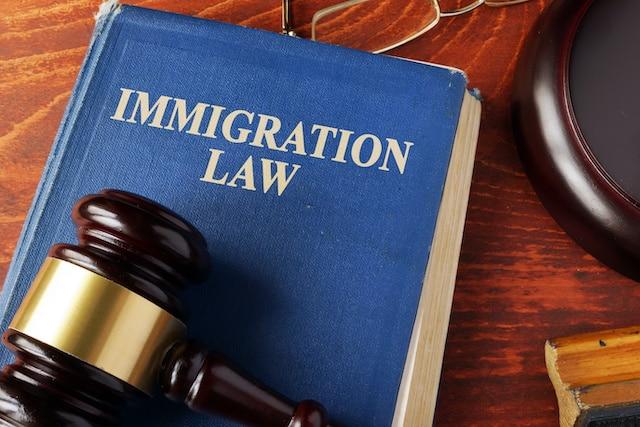 """Juez suspende regla que permitía deportaciones """"express"""""""