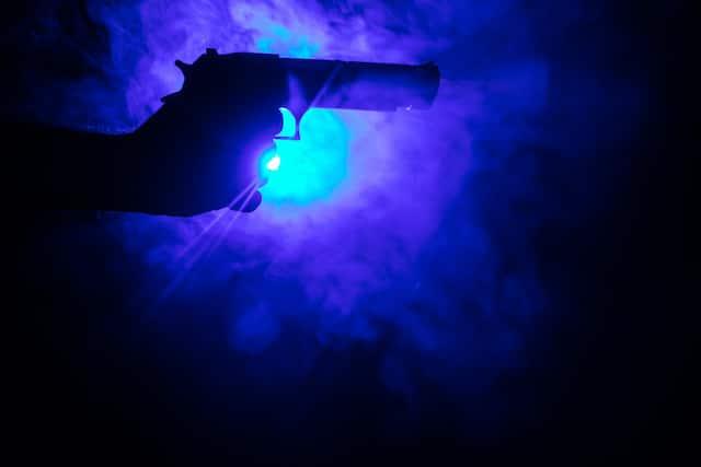 Latino intenta detener pelea y resulta herido de bala fuera de discoteca