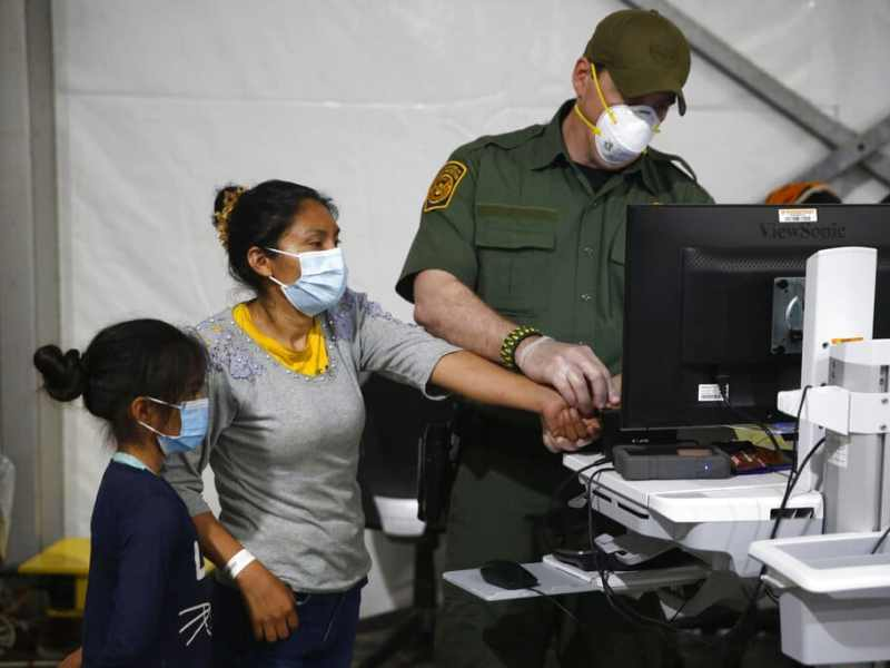 Latinos desaprueban como Biden maneja crisis fronteriza según encuesta