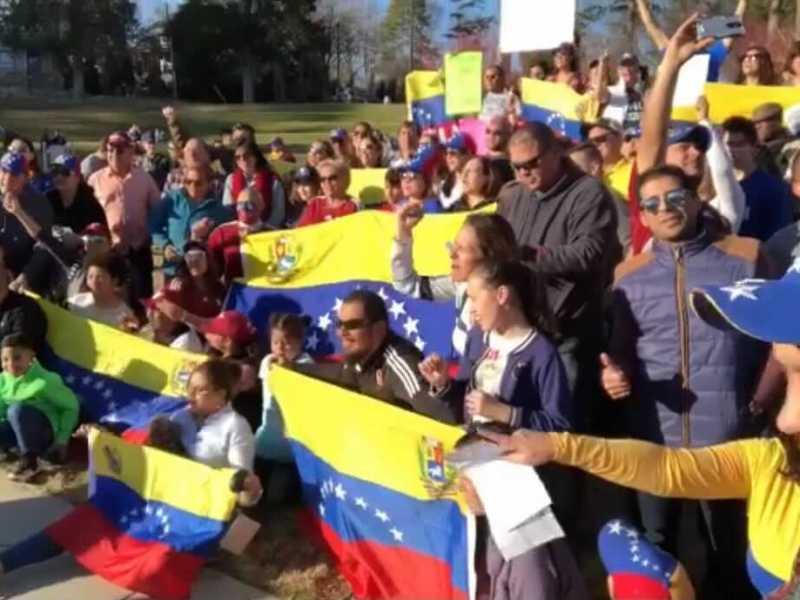 venezolanos-protestando-en-charlotte
