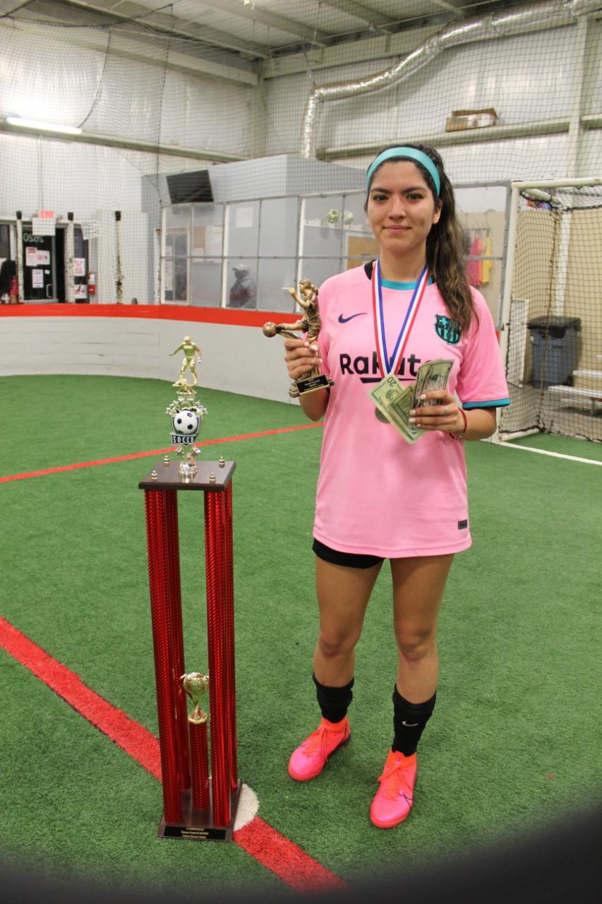 Kimberly Olvera, nombrada la mejor jugadora (MVP) de la final, recibió un trofeo y $50 en efectivo