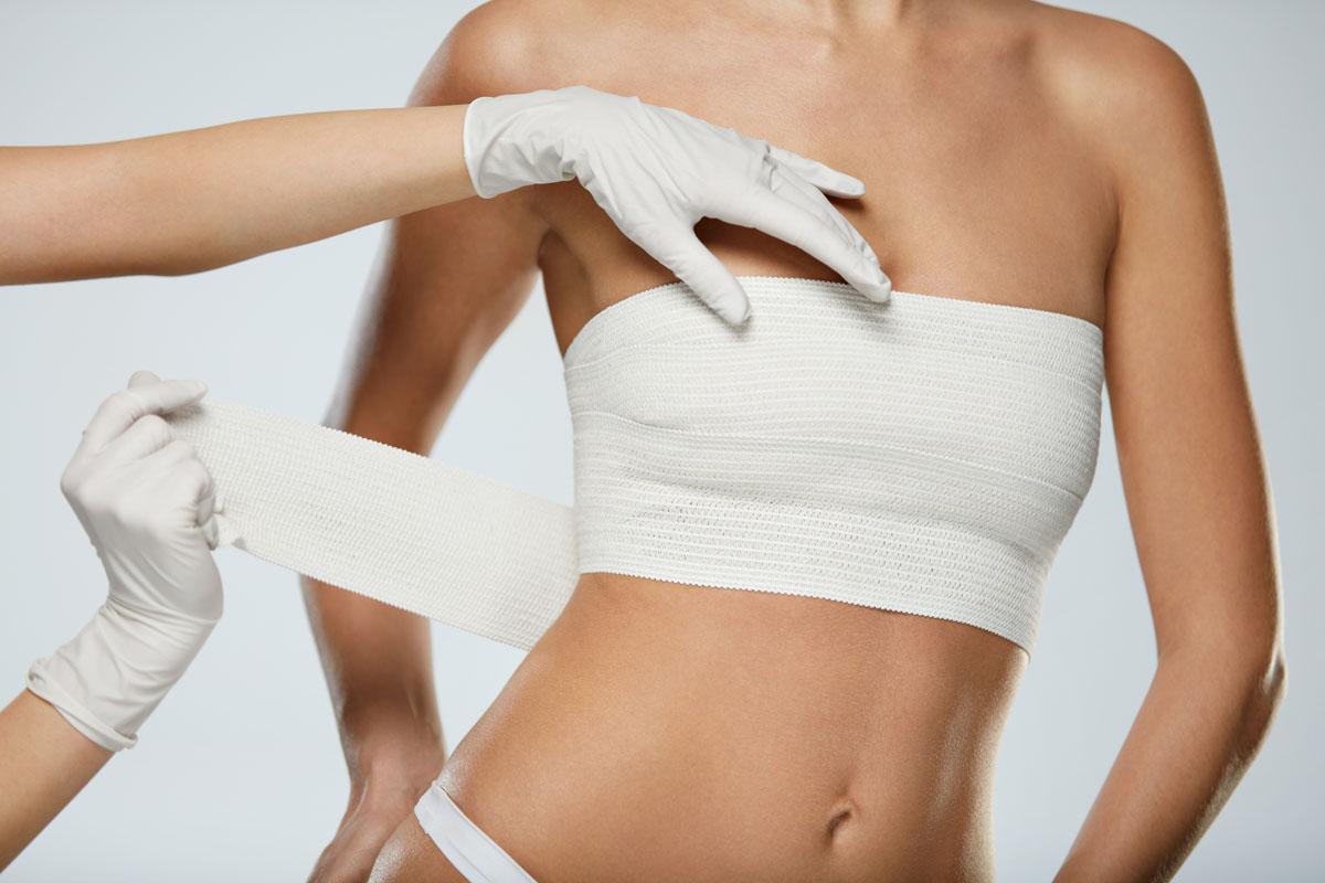 Jana Kramer luce implantes de senos tras divorcio