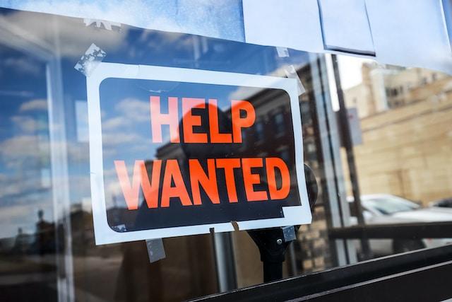 Las empresas no tienen suficientes trabajadores ¿es culpa de los pobres?