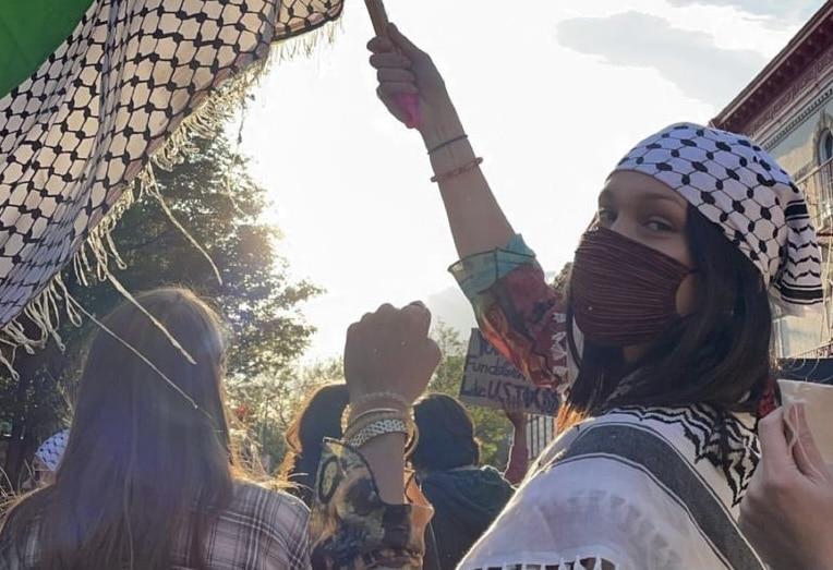 Bella Hadid marcha a favor de palestina en las calles de Nueva York