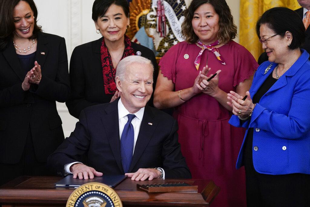 Delitos de odio se sextuplicaron en pandemia, Biden firma ley al respecto