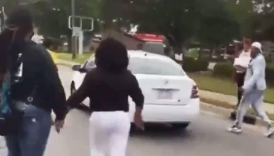 Mujer atropella afroamericanas