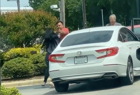 Mujer y hombre pelean, se escupen en gasolinera de Knightdale