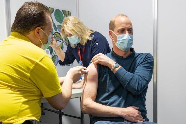 El príncipe William recibe su primera dosis contra el COVID-19