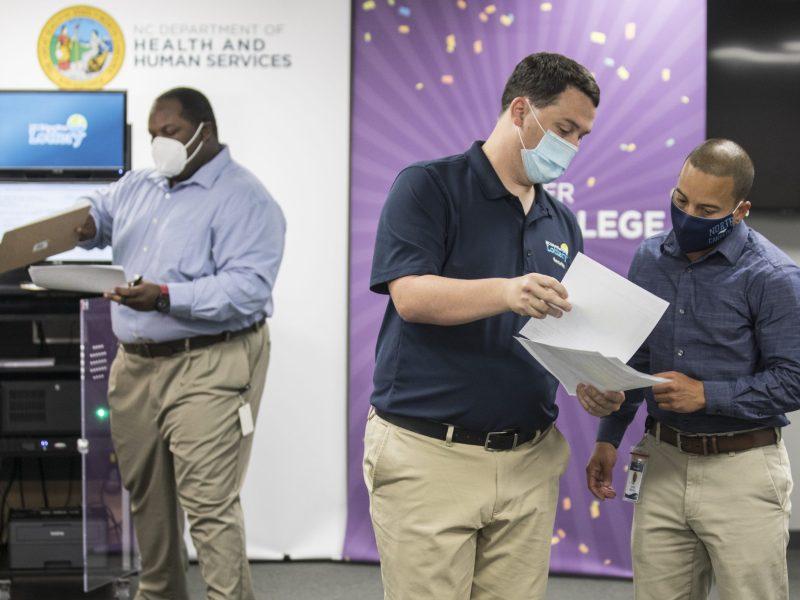 Hoy fueron elegidos dos ganadores para los primeros premios del sorteo de vacunaciones de Carolina del Norte / NCDHHS