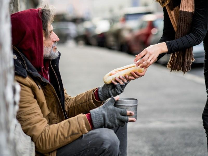 Concejal pide criminalizar a quienes ayudan a personas sin hogar