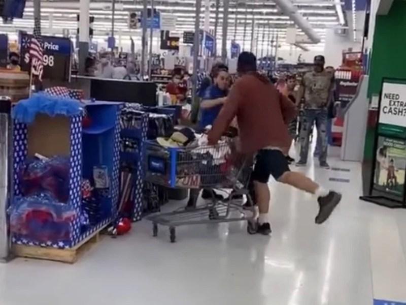 Empleado-Walmart-noquea-hombre