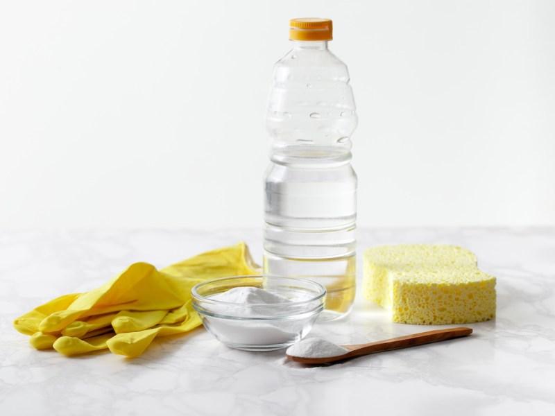 ¿Cómo limpiar superficies con bicarbonato y vinagre?