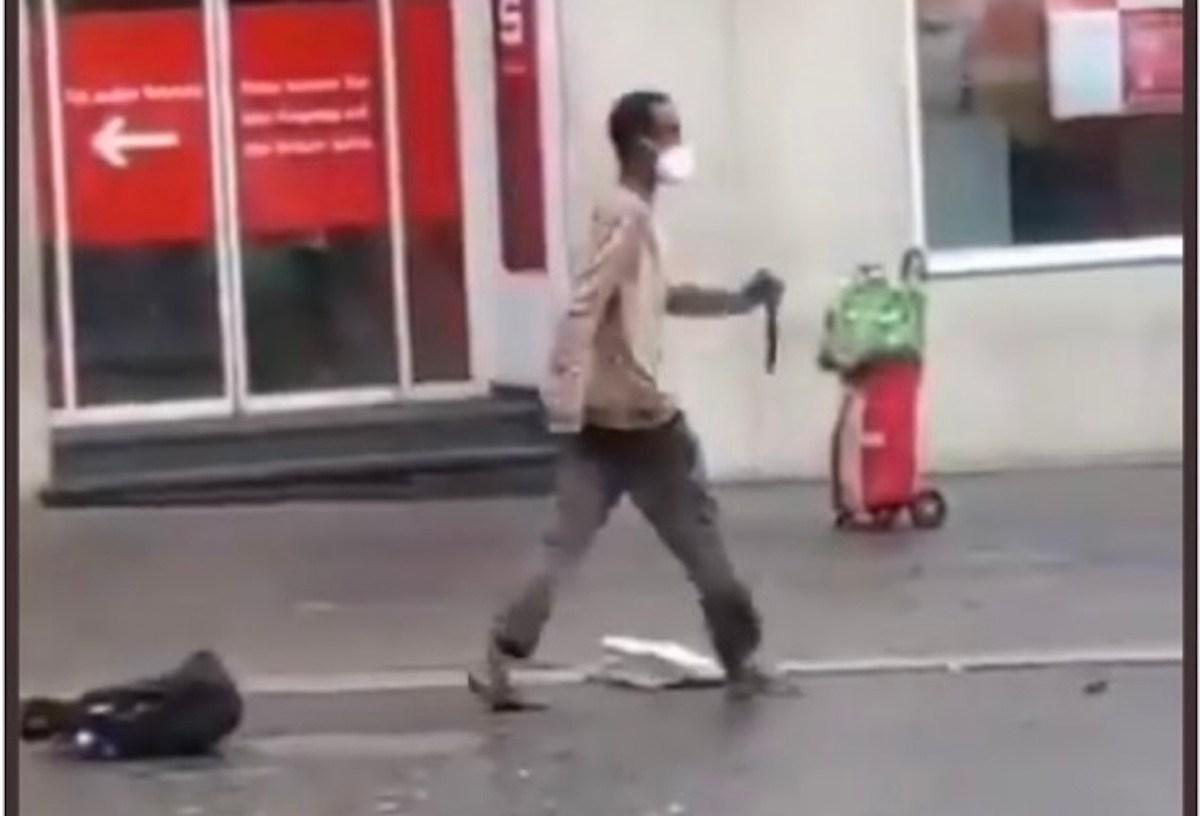 Hombre ataca con un cuchillo a transeuntes
