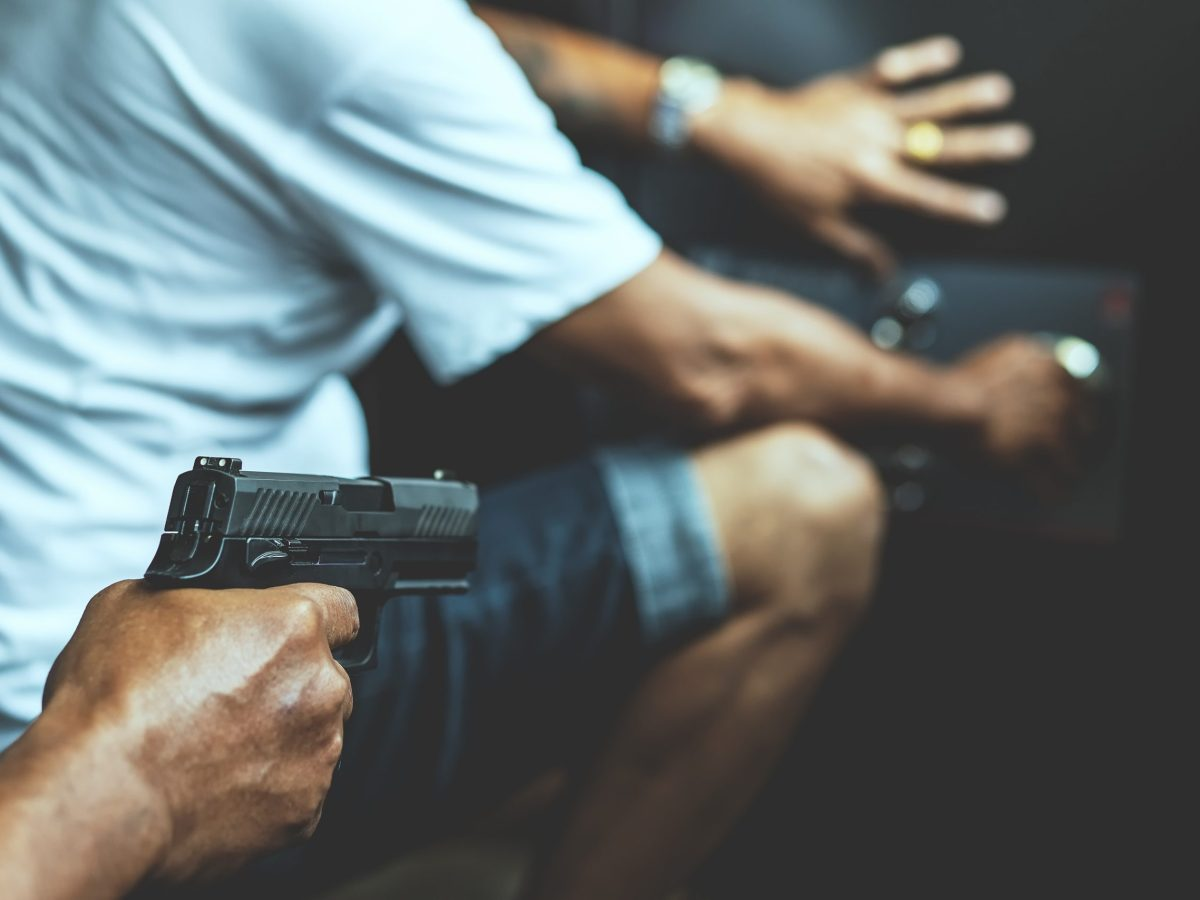 La policía de Winston-Salem busca a dos sospechosos armados después de un reporte de robo en el Complejo de Apartamentos Enclave solicita la asistencia del público en este caso.