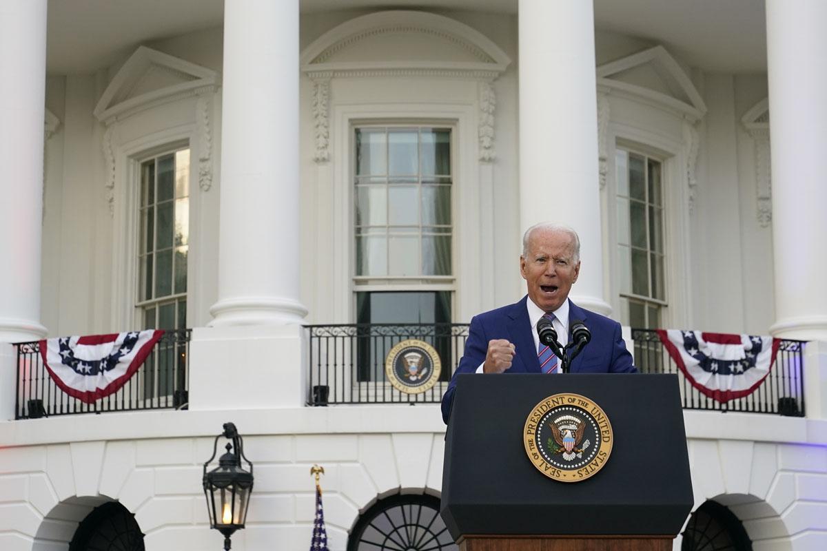 Biden aspira parar alza en precios de internet con orden antimonopolio