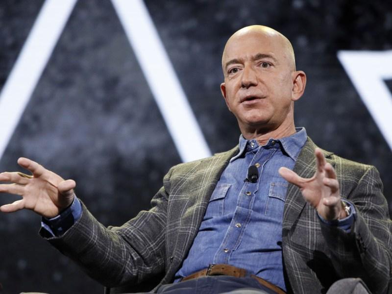 Jeff Bezos entrega dirección general de Amazon