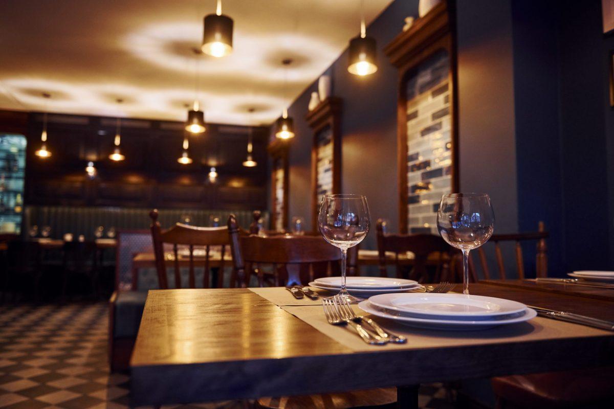 No vaya a restaurantes o bares si no está vacunado, dice experto © standret / Adobe Stock