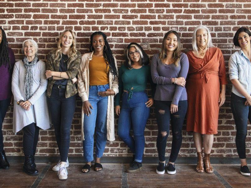 El gobernador Roy Cooper proclamó el Día de la Igualdad de la Mujer como un día que honra a las mujeres pioneras en Carolina del Norte.