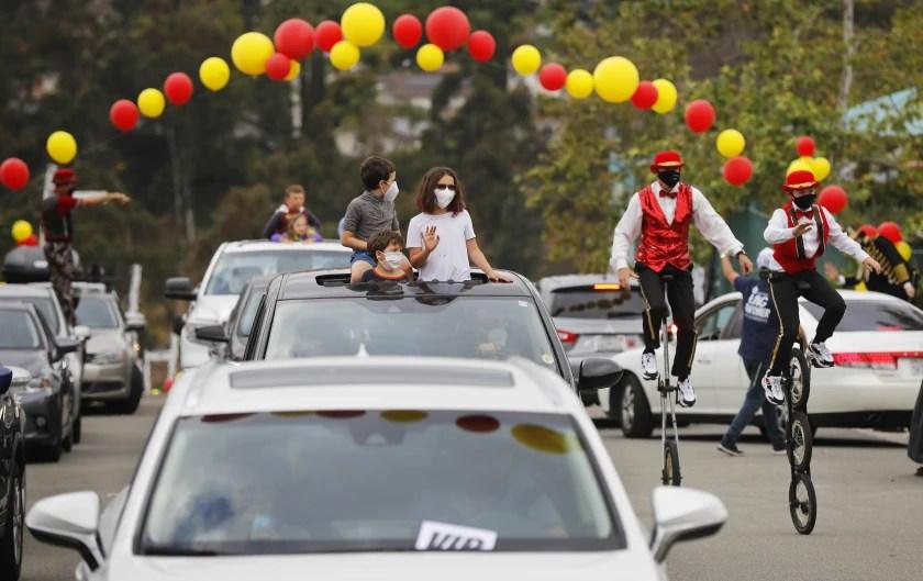 Ejemplo de un festival de autoservicio. Un circo para celebrar la festividad judía de Lag B'omer el 12 de mayo en San Diego, California. Foto K.C. Alfred / The San Diego Union-Tribune
