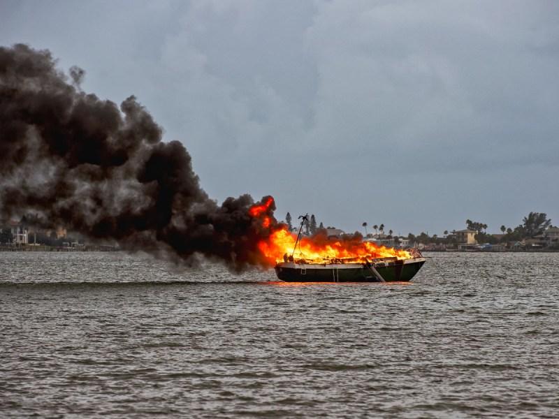 Rayo cae sobre bote en Carolina del Sur y lo prende en fuego