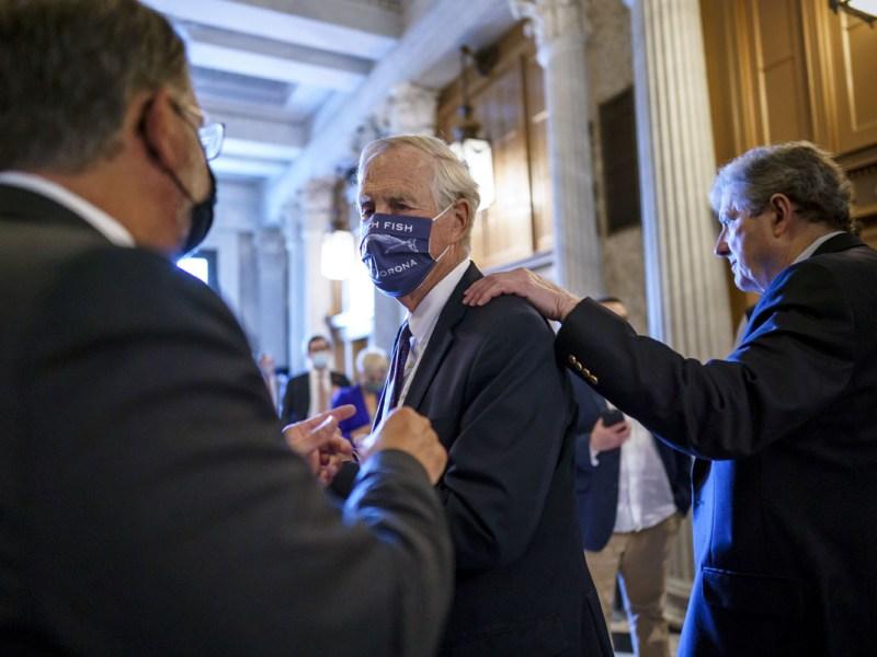Senadores revelan paquete de infraestructura de casi $1 billón