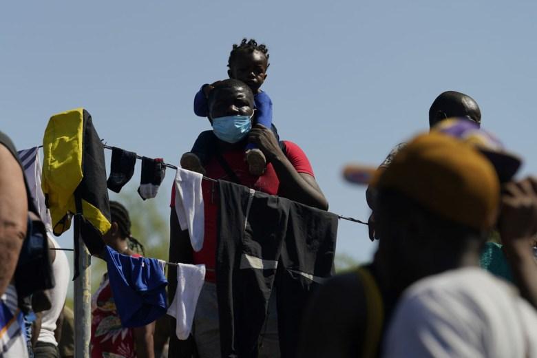 AP deportarán a los migrantes de Haití por avión