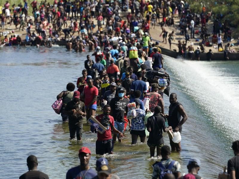 AP: deportarán a los migrantes de Haití por avión