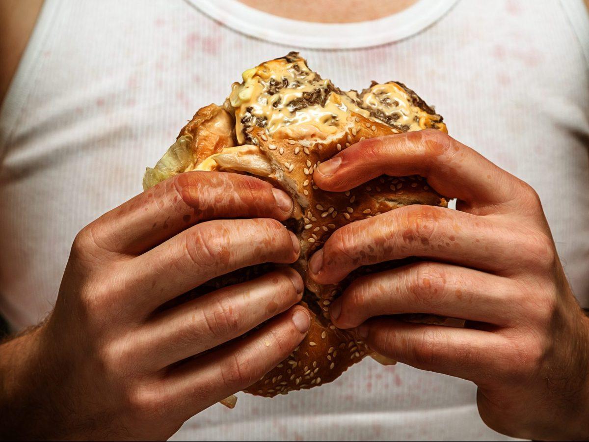 mujer dedo hamburguesa