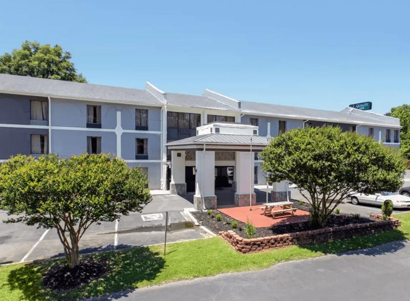 Un hotel en el sur de Charlotte será convertido en unidades de vivienda a precio bajo con ayuda de una donación de $1 millón. Foto Roof Above