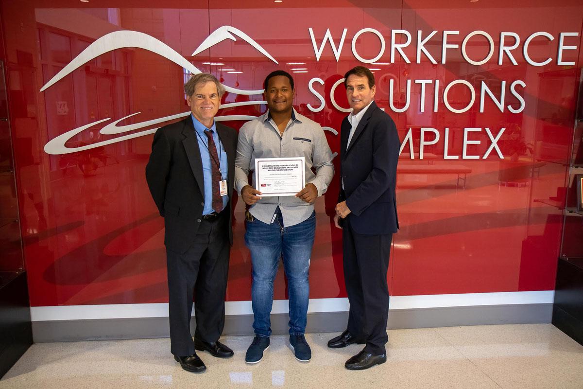 Universitario latino recibe premio en Hickory