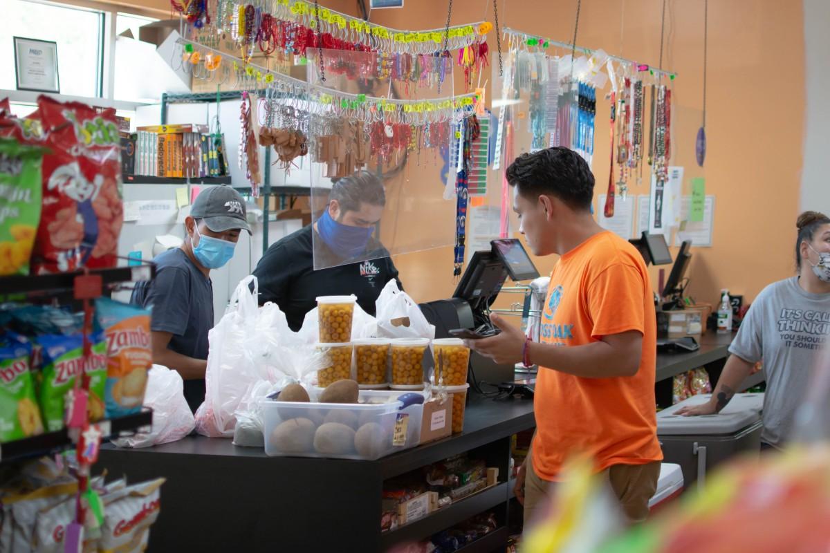 Tienda latina aprobada para programa de nutrición para mujeres y niños