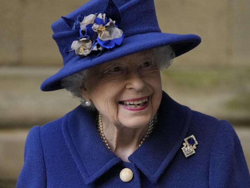 La reina Isabel II sale con bastón y se vuelve viral