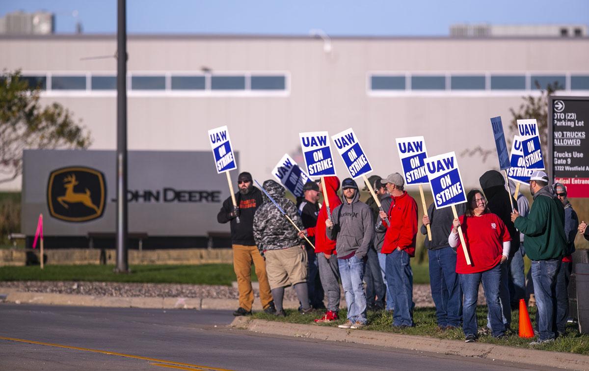 Por qué los trabajadores de John Deere hacen huelga