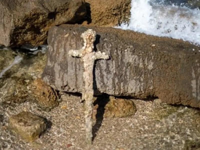 buzo encontró espada 900 años antigüedad