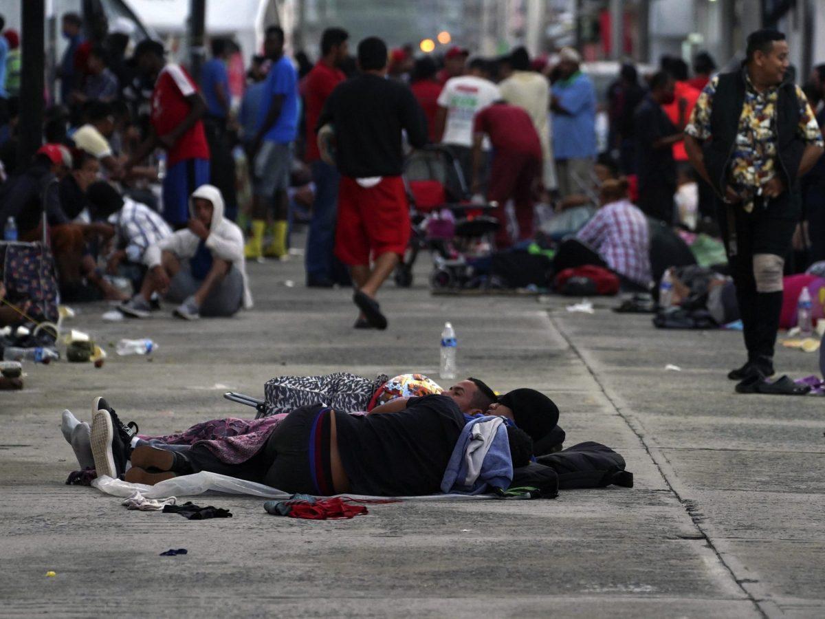 caravana-migrante-descansa-luego-de-tres-dias-caminando