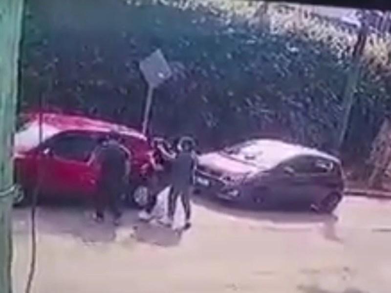 sujetos disparan mujer cabeza computadora