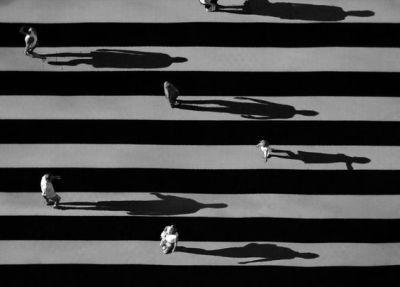 gente-en-la-calle-con-grandes-sombras-001