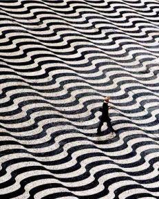 mujer-andando-por-rambla-con-dibujos-clarooscuro-en-zigzag-001