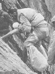 Réffubat ayuda a descender a Herzog hasta el campo 2